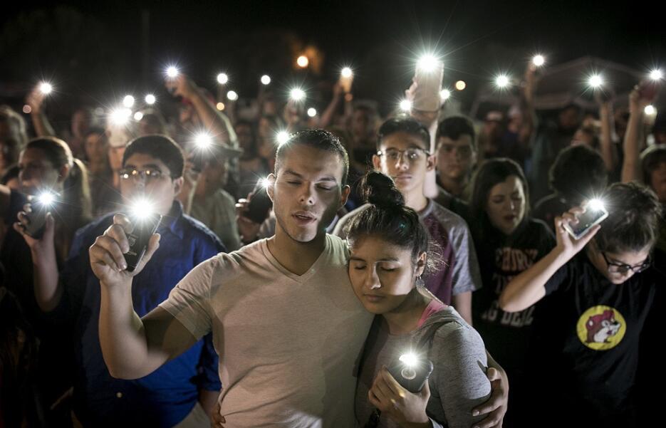 Numerosas personas participan en una ceremonia para recordar a las vícti...