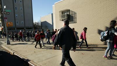 El uso de policías para ejercer disciplina en las escuelas de EEUU es al...