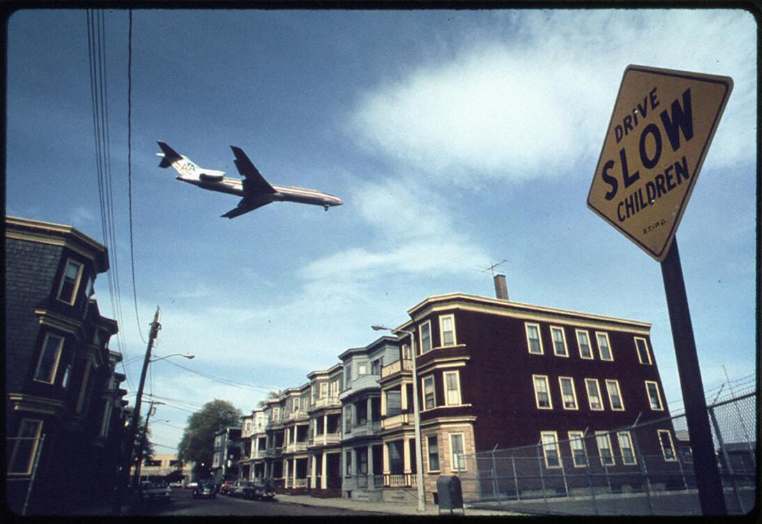 Un avión sobrevuela las casas en Boston en 1973