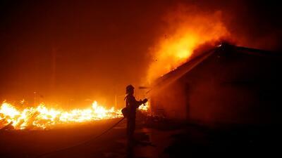 Una familia sobrevivió al tiroteo de Thousand Oaks, pero horas después los incendios destruyeron su casa
