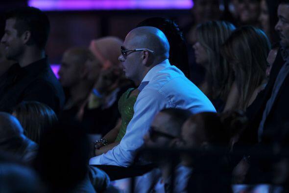 Después de tremendo beso Pitbull se sentó muy bien portadito en su lugar.