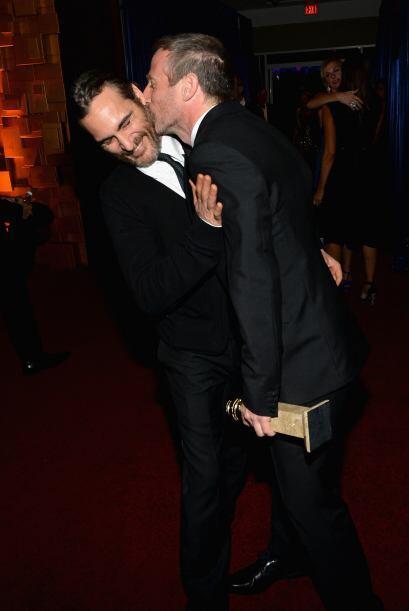 El director Spike Jonze le da un besito a Joaquin Phoenix. Mira aquí los...