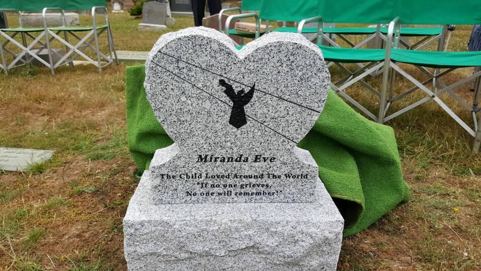 La lápida de Miranda Eve en el cementerio Greenlawn Memorial Park.