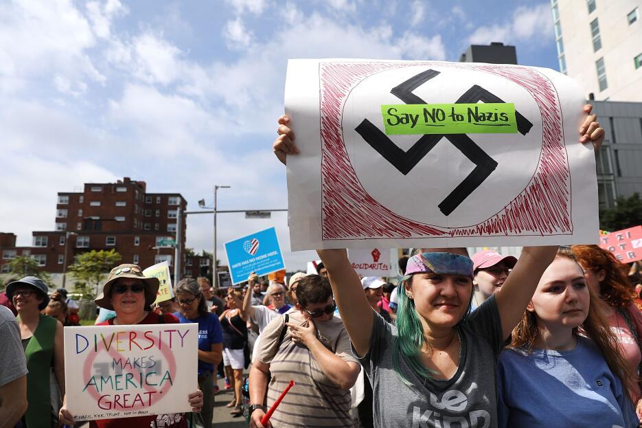 En la contramarcha hubo mensajes de rechazo a los nazis y a cualquier fo...
