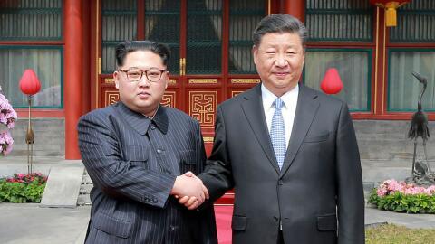 Kim y Xi se dan la mano tras su encuentro en Pekín.