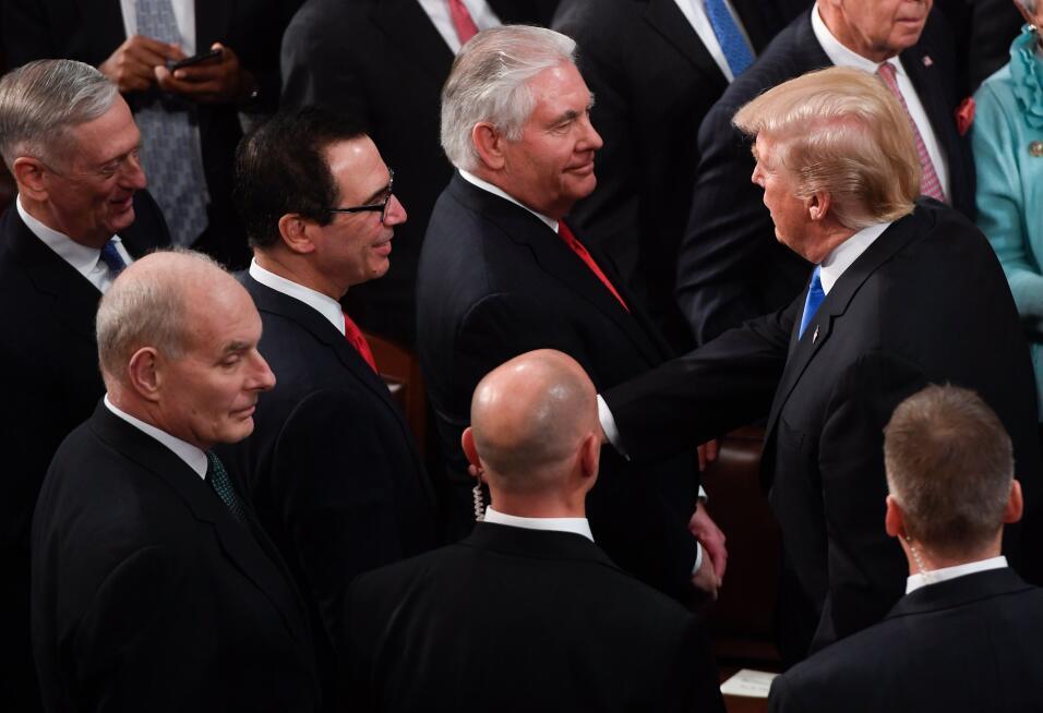 El presidente saluda a los miembros del gabinete al finalizar su present...