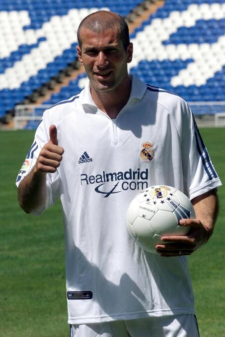En el 2001 Zinedine Zidane fue transferido de la Juventus al Real Madrid...