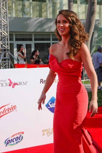 ¡Jacqueline Bracamontes siempre es una de las actrices más elegantes! La...