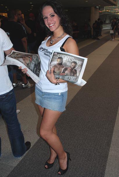 Una bella chica trabajando en el cartel de la UFC 103.