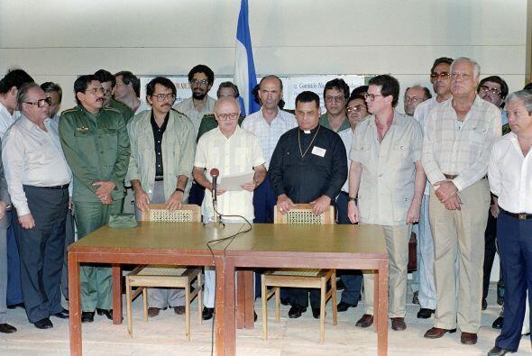 2 de junio. Adolfo Calero (penúltimo a la derecha en la primera fila), 8...