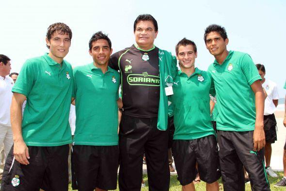 El gobernador con los jovencitos Guerreros.