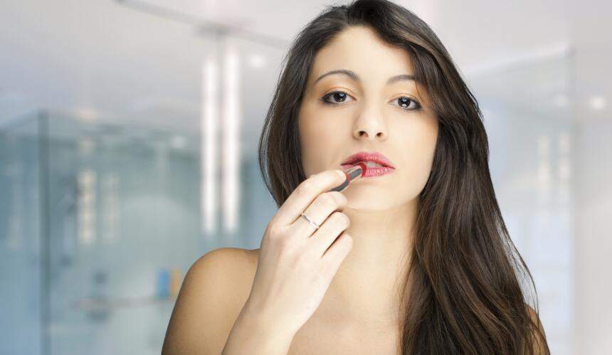La FDA aconseja que deseches los cosméticos si notas que han cambiado de...