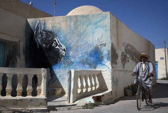 Muros en el pueblo de Djerba fueron los lienzos perfectos para que m&aac...