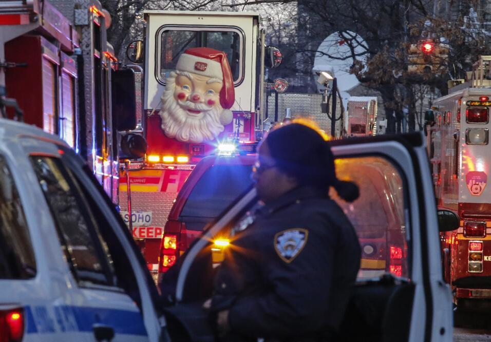 Una figura de Santa Claus se ve en la puerta de un camión de bomb...