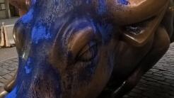 El icónico toro de Wall Street pintado de azul.