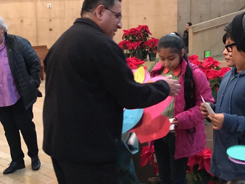 Un representante de la Arquidiócesis de Los Ángeles recibió las cartas y...