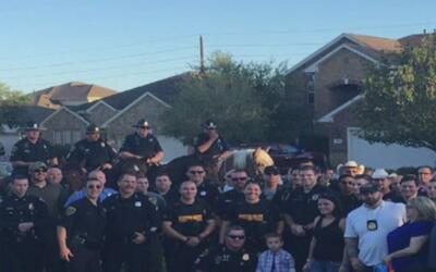Policías de Houston escolta en su primer día de clase al hijo de un ofic...