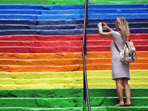 Esta mujer toma una fotografía a unas escaleras pintadas con los...