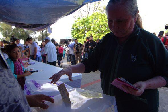 Decenas de personas acuden a votar en las casillas ubicadas en  Chilpanc...