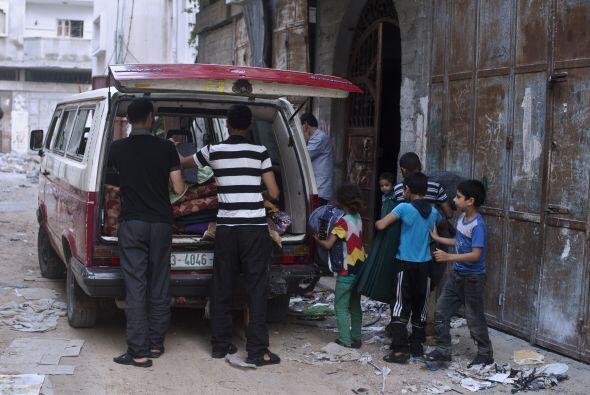 La familia Habibi, que había huido de su casa en busca de segurid...