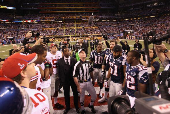 El volado fue ganado por los Patriots, decidieron patear para tener el o...