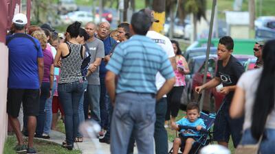 Así son las largas filas de desempleo en Puerto Rico tras el paso del huracán María