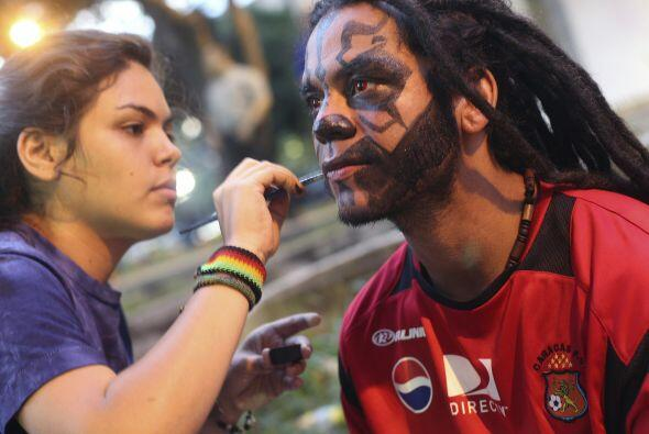 ´Dale, pintame, pintame´ parece decirle el aficionado del Caracas a la j...