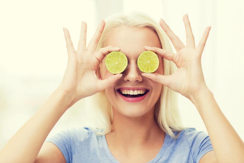 mujer con limones