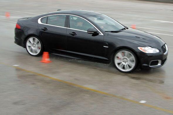 El Jaguar XF R es una sedán familiar, pero con alma de súper deportivo g...