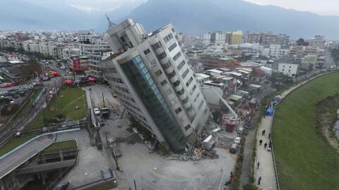 Un edificio derrumbado después de un terremoto, el miércol...
