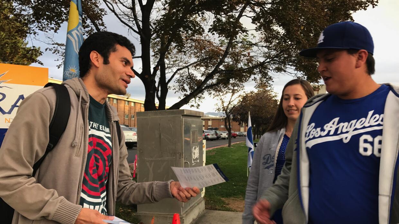 Daniel Montez, de 27 años, es un hispano de tercera generación que votar...