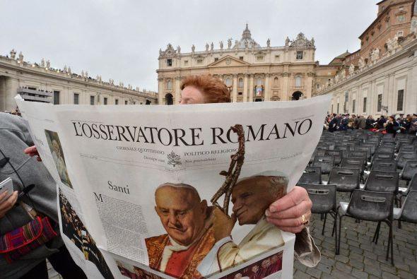 La canonización de este domingo es la primera en la que dos papas serán...