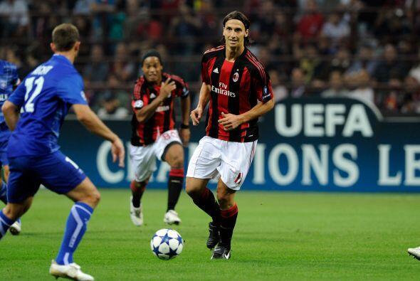 Milan también fungió como local y volvió a alinear como titular a Zlatan...