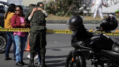 Hombre detona auto con 176 libras de explosivos y piezas de metal en una escuela de policía en Colombia