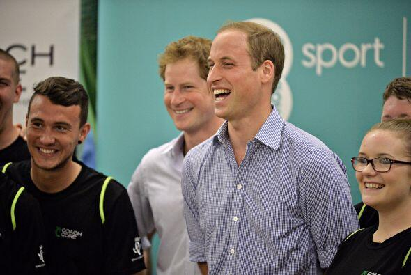 Los príncipes William y Harry junto con la duquesa de Cambridge  se most...