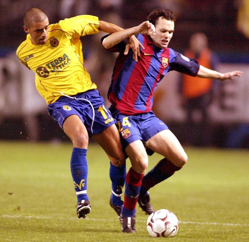 En ese mismo año, el joven Iniesta alternaba con el equipo B del Barcelo...