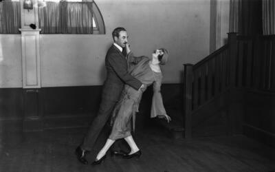 Bailando el tango en la década de 1920.