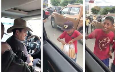 """Julión Álvarez sorprende a unos niños en la calle: """"Me da una alegría en..."""