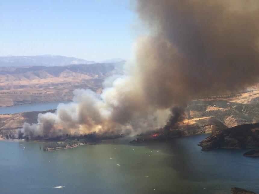 El fuego se ha extendido por más 800 acres en el área de Castaic.