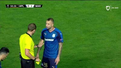Tarjeta amarilla. El árbitro amonesta a Fotis Papoulis de Apollon Limassol