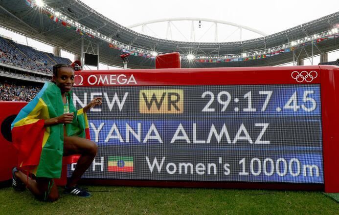 La etiope Almaz Ayana despedazó el récord del los 10 mil metros para gan...