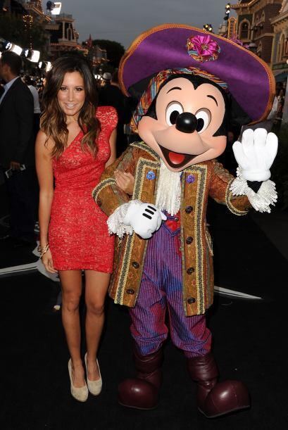 Ashley Tisdale también formó parte de esa gran fantasía y posó muy feliz...