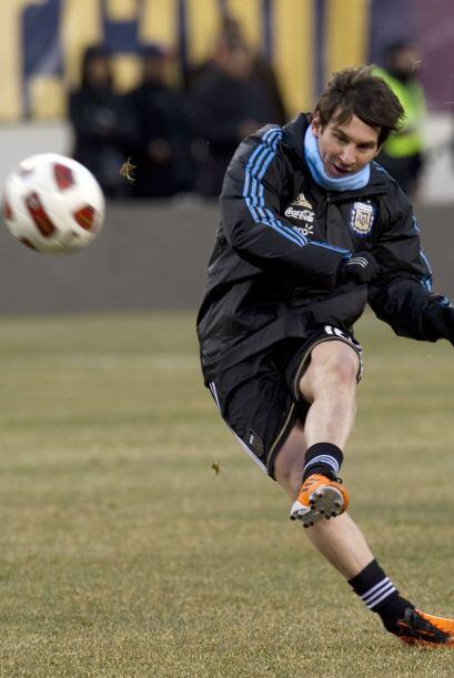 Lionel Messi tenía algo de frío en el Meadowlands Stadium de East Ruther...