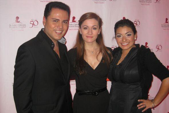 Aureliano con Paula y Nely Islas, DJ para La Qué Buena 104.3 FM en Texas.