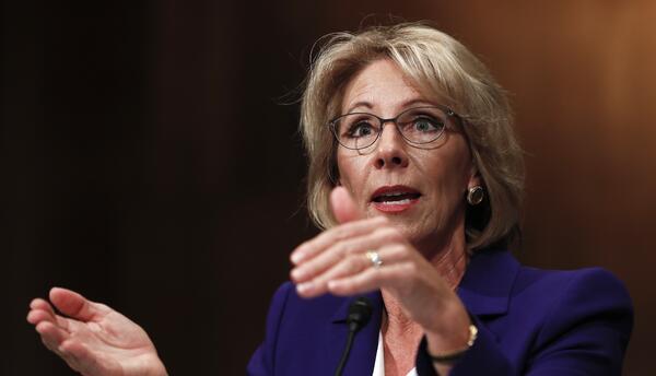 La nominada a secretaria de Educación, Betsy DeVos, en su audienc...