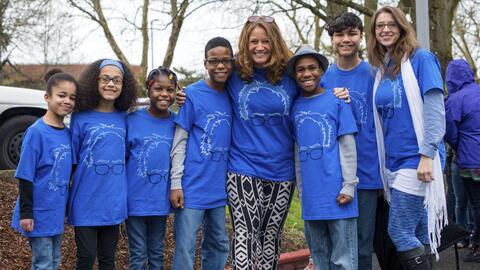 Sarah y Jennifer Hart, junto con sus seis hijos adoptados a menudo hac&i...