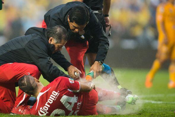 El jugador escarlata Richard Ortiz cayó al césped dentro d...