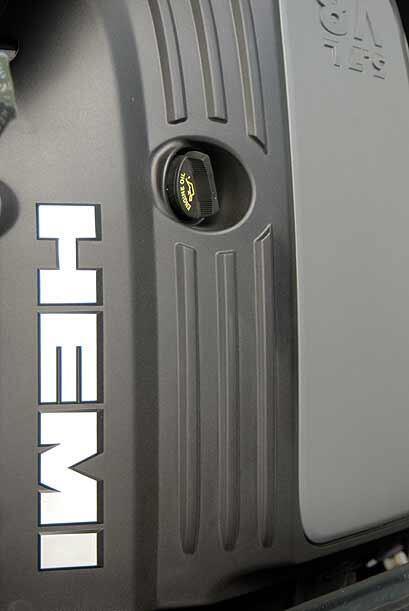El motor HEMI V8 de 5.7 litros produce 340 caballos de fuerza.