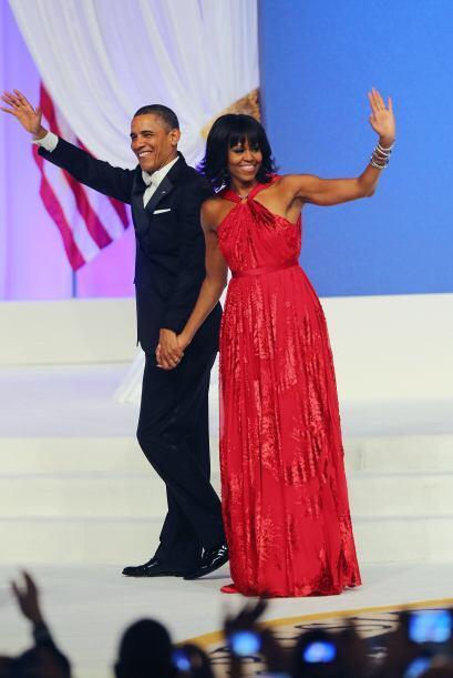 Además, la Primera dama llevó un anillo de diamantes y un conjunto de br...