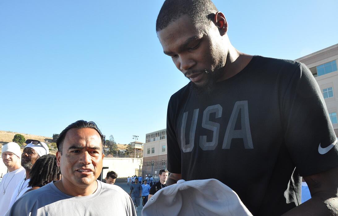 Los Warriors realizaron su visita anual a San Quintín. El GM Bob Myers e...